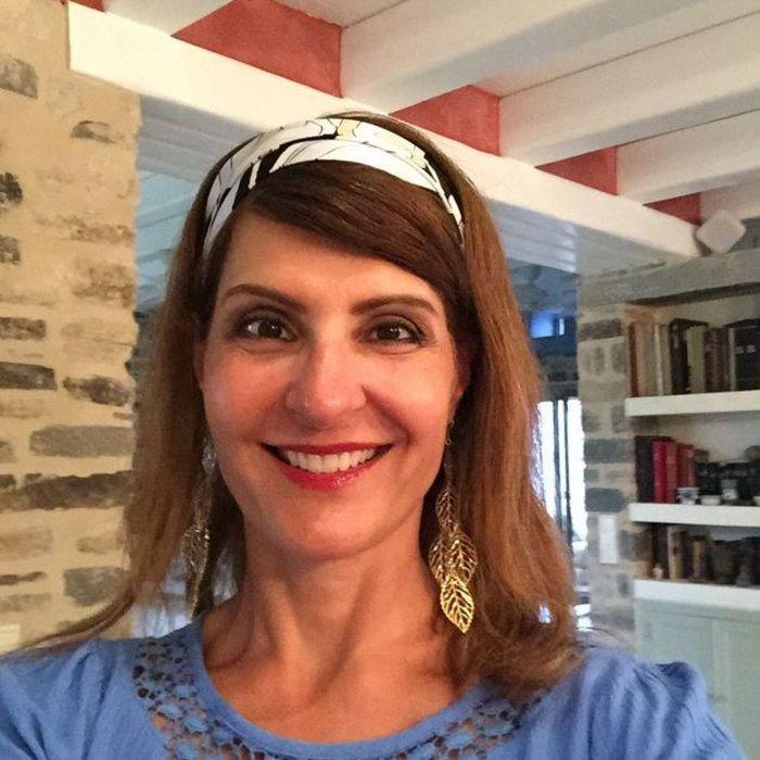 «Δεν χρειάζεσαι φίλτρα όταν βρίσκεσαι στην Ελλάδα». Η Νία Βαρντάλος ευτυχισμένη και λαμπερή κατά τη διάρκεια των διακοπών της στη χώρα που γεννήθηκαν οι παππούδες της