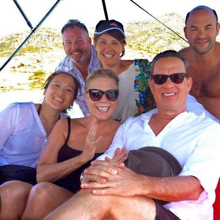 Όλη η παρέα: Νία Βαρντάλος με τον σύζυγό της, ο Τομ Χανκς με τη Ρίτα Γουίλσον και το ζευγάρι των στενών φίλων της Ελληνικής καταγωγής ηθοποιού.