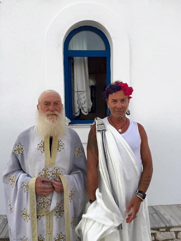 Ο Λάκης Γαβαλάς «ντύθηκε» κουμπάρος με χλαμύδα και λουλούδια στα μαλλιά! - εικόνα 2