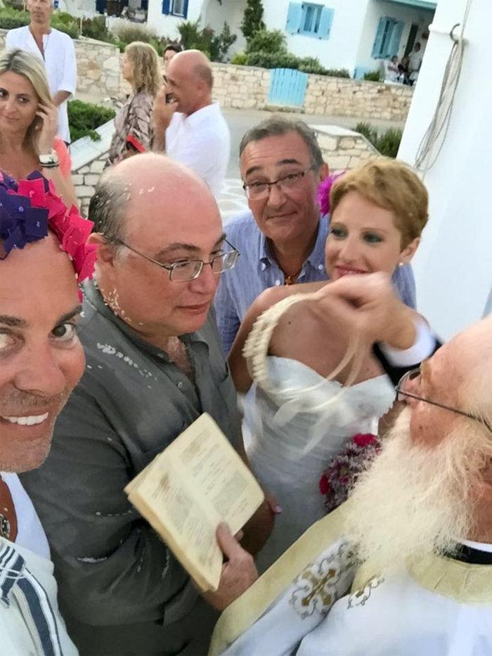 Ο Λάκης Γαβαλάς «ντύθηκε» κουμπάρος με χλαμύδα και λουλούδια στα μαλλιά! - εικόνα 3