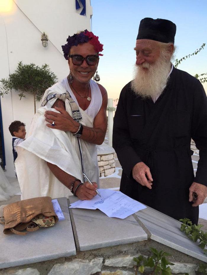 Ο Λάκης Γαβαλάς «ντύθηκε» κουμπάρος με χλαμύδα και λουλούδια στα μαλλιά! - εικόνα 5