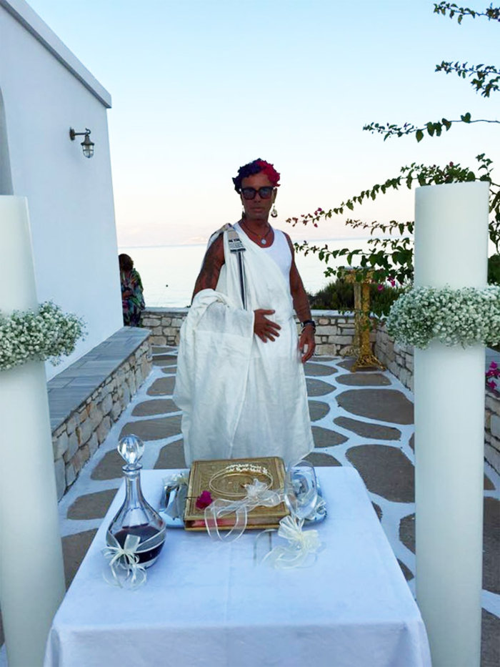 Ο Λάκης Γαβαλάς «ντύθηκε» κουμπάρος με χλαμύδα και λουλούδια στα μαλλιά! - εικόνα 4