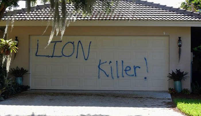 Πέταξαν γουρουνοπόδαρα στον οδοντίατρο που σκότωσε το λιοντάρι Σεσίλ