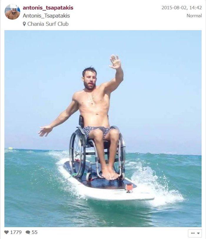 Ελληνας παραολυμπιονίκης με δύναμη ψυχής κάνει σερφ πάνω στο αμαξίδιο