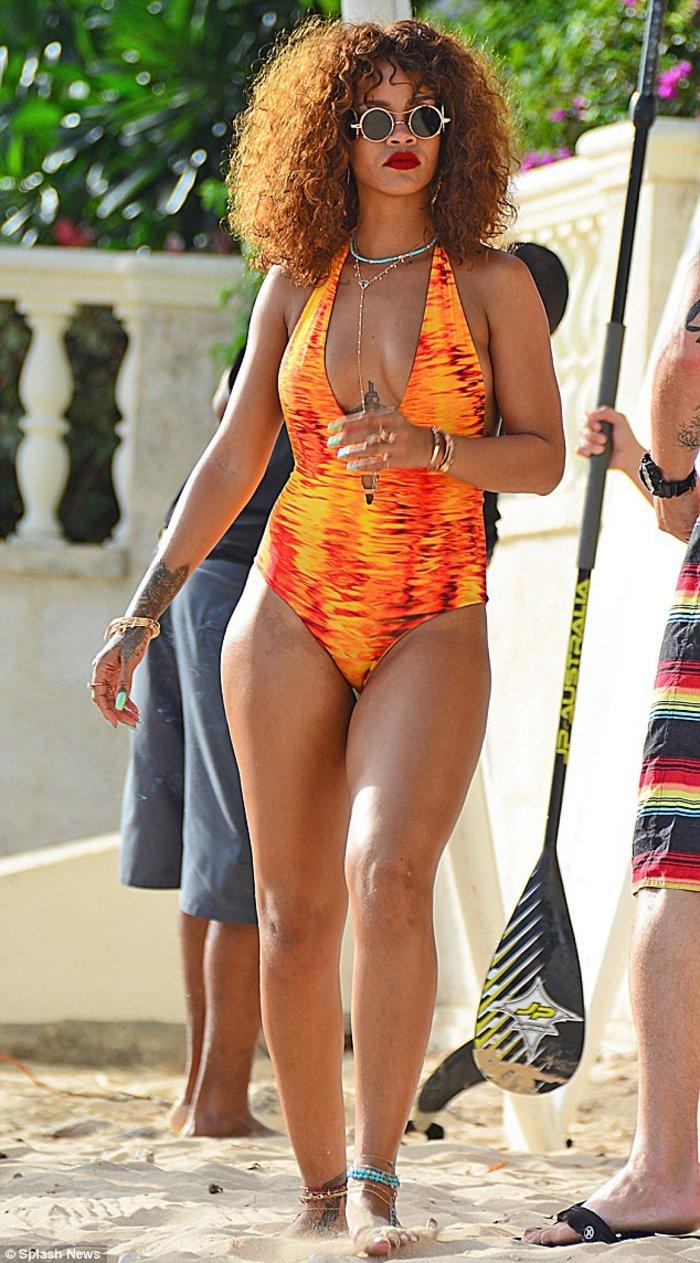 Rihanna... on fire κάνει κανό στα Μπαρμπέιντος - εικόνα 3
