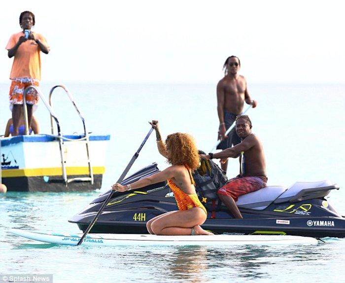 Rihanna... on fire κάνει κανό στα Μπαρμπέιντος - εικόνα 5