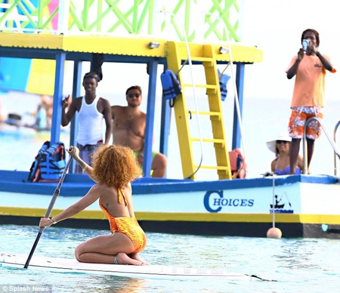 Rihanna... on fire κάνει κανό στα Μπαρμπέιντος - εικόνα 6