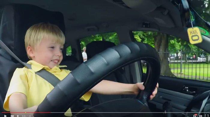 3χρονος οδηγός ταξί και οι επιβάτες παθαίνουν σοκ!