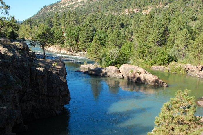 Ποτάμι «βάφτηκε» κίτρινο εξαιτίας διαρροής λυμάτων