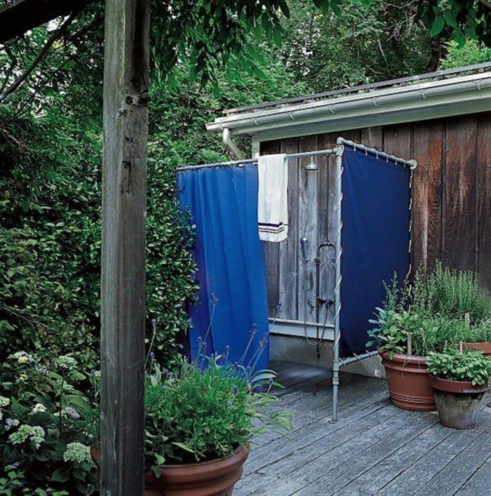 Κι όμως! Αυτό είναι το υπαίθριο ντους της Σάρα Τζέσικα Πάρκερ στην εξοχική κατοικία της στα Χάμπτονς. Ένα απλό παραβάν με μπλε καραβόπανο και η παροχή του νερού