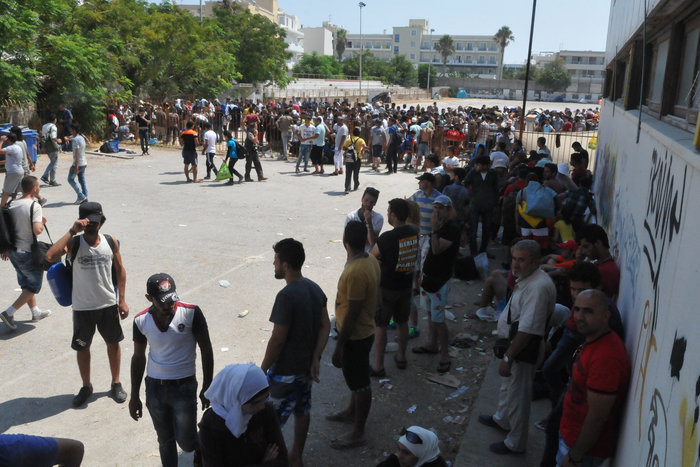 Κως: 2.000 πρόσφυγες στο δημοτικό γήπεδο για «χαρτιά»