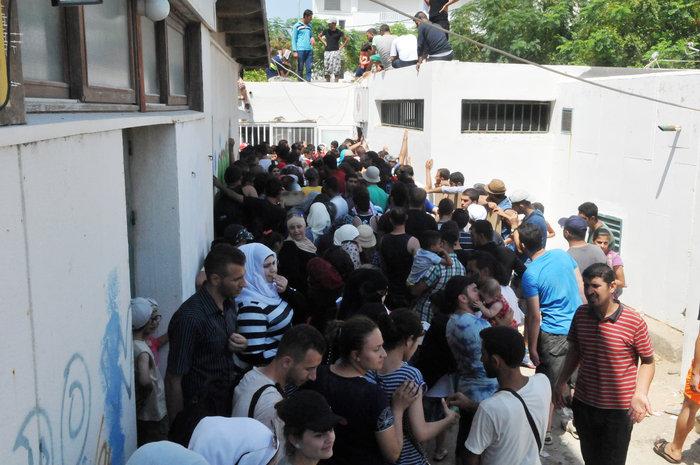 Κως: 2.000 πρόσφυγες στο δημοτικό γήπεδο για «χαρτιά» - εικόνα 2