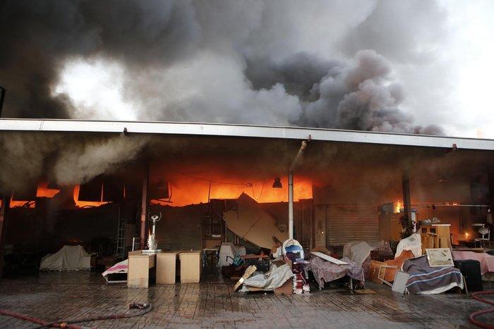 Καρέ-καρέ η επιχείρηση κατάσβεσης της φωτιάς στον Ρέντη