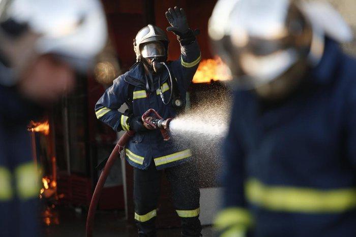 Καρέ-καρέ η επιχείρηση κατάσβεσης της φωτιάς στον Ρέντη - εικόνα 2