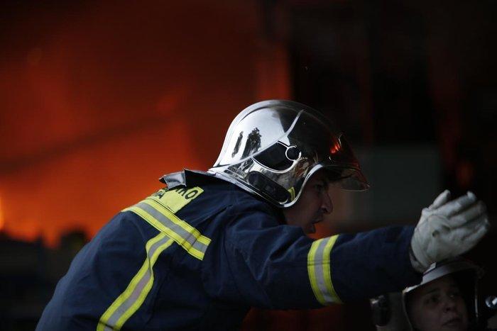 Καρέ-καρέ η επιχείρηση κατάσβεσης της φωτιάς στον Ρέντη - εικόνα 3