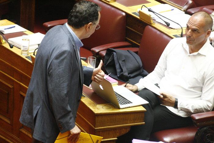 Η «παρεξηγήσιμη» χειρονομία Λαφαζάνη στον Βαρουφάκη μέσα στη Βουλή