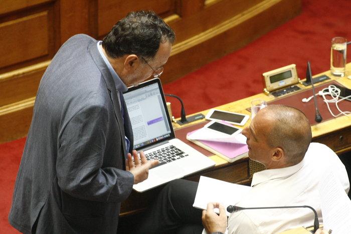 Η «παρεξηγήσιμη» χειρονομία Λαφαζάνη στον Βαρουφάκη μέσα στη Βουλή - εικόνα 2