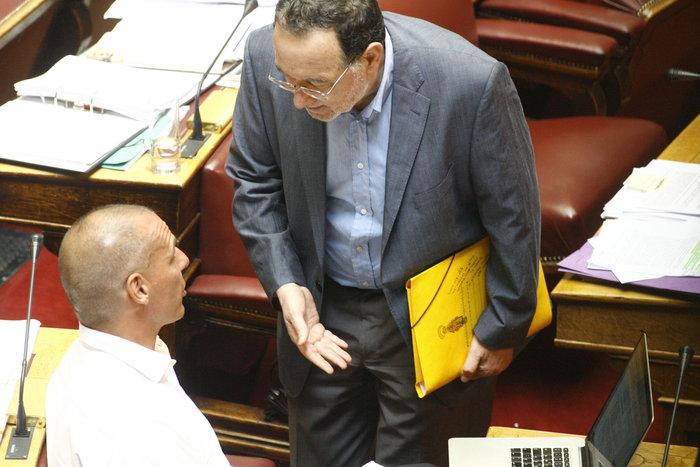 Η «παρεξηγήσιμη» χειρονομία Λαφαζάνη στον Βαρουφάκη μέσα στη Βουλή - εικόνα 3