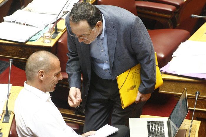 Η «παρεξηγήσιμη» χειρονομία Λαφαζάνη στον Βαρουφάκη μέσα στη Βουλή - εικόνα 4