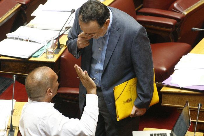 Η «παρεξηγήσιμη» χειρονομία Λαφαζάνη στον Βαρουφάκη μέσα στη Βουλή - εικόνα 6