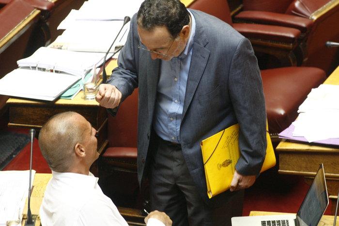 Η «παρεξηγήσιμη» χειρονομία Λαφαζάνη στον Βαρουφάκη μέσα στη Βουλή - εικόνα 5