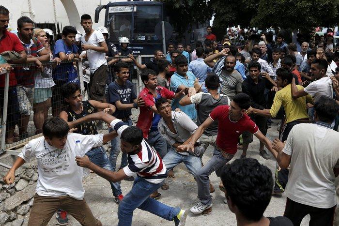 Οδομαχίες μεταναστών στην Κω μπροστά στην αστυνομία