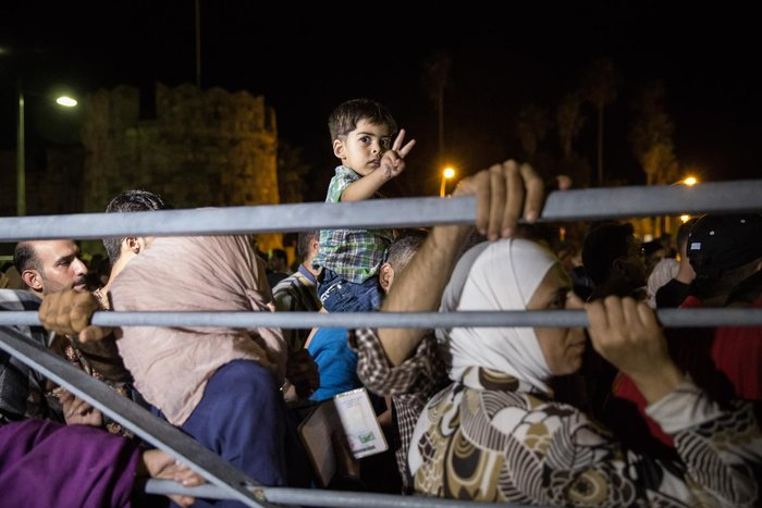 Κως: Μπήκαν στο πλοίο οι πρώτοι Σύροι πρόσφυγες [Εικόνες και Βίντεο]