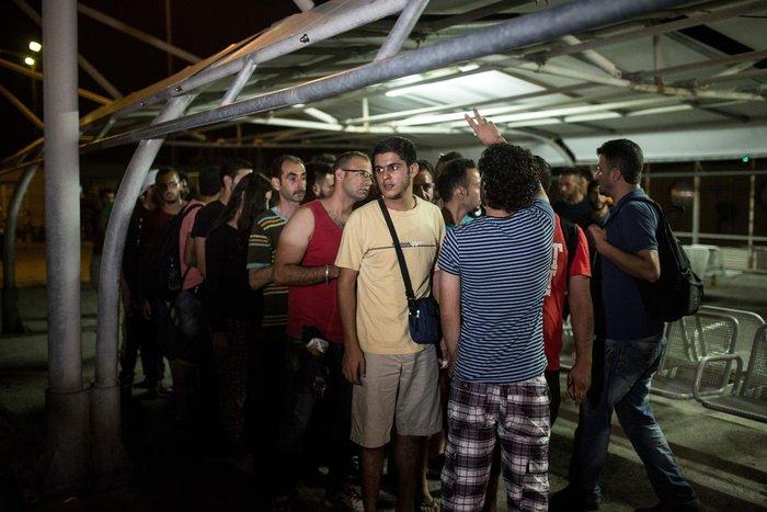 Κως: Μπήκαν στο πλοίο οι πρώτοι Σύροι πρόσφυγες [Εικόνες και Βίντεο] - εικόνα 2