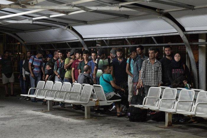 Κως: Μπήκαν στο πλοίο οι πρώτοι Σύροι πρόσφυγες [Εικόνες και Βίντεο] - εικόνα 4