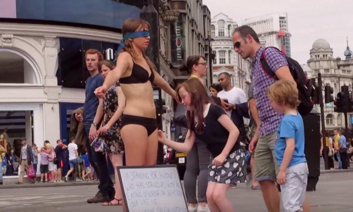 Μια γυναίκα γδύθηκε δημοσίως στο κέντρο του Λονδίνου για να δώσει... θάρρος - εικόνα 6