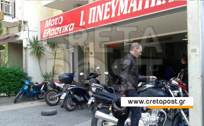 Στην Κρήτη ο Βαρουφάκης, έμεινε από...λάστιχο!