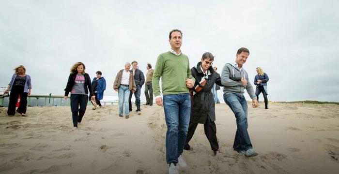 Ο Ντάισελμπλουμ παίζει μπάλα με κοστούμι στην αμμουδιά - εικόνα 2