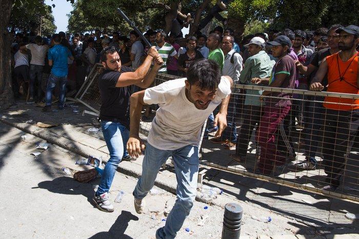 Νέα ένταση με τους μετανάστες έξω από το Α.Τ. της Κω [φωτογραφίες-βίντεο]