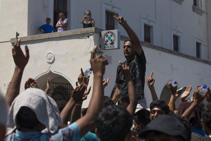 Νέα ένταση με τους μετανάστες έξω από το Α.Τ. της Κω [φωτογραφίες-βίντεο] - εικόνα 3