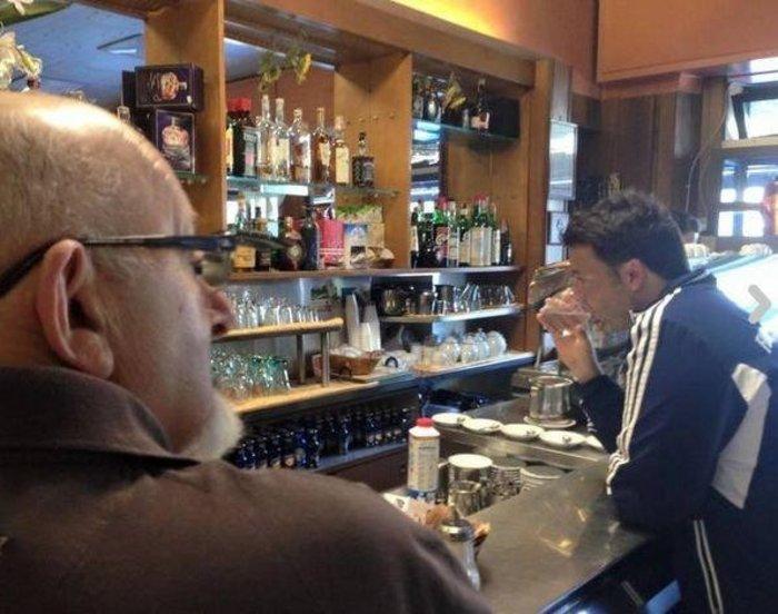 Χαλαρός ο Ρέντσι σε μπαρ της Φλωρεντίας, πίνει το ποτό του παρέα με τον πατέρα του.