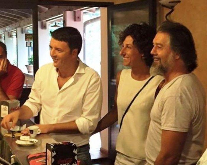 ... και εδώ για καφέ με φίλους, επίσης στη Φλωρεντία, στην πόλη στην οποία ήταν δήμαρχος.