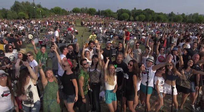 Viral Video: 1.000 μουσικοί προσκαλούν τους Foo Fighters στην Ιταλία - εικόνα 3
