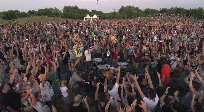 Viral Video: 1.000 μουσικοί προσκαλούν τους Foo Fighters στην Ιταλία - εικόνα 6