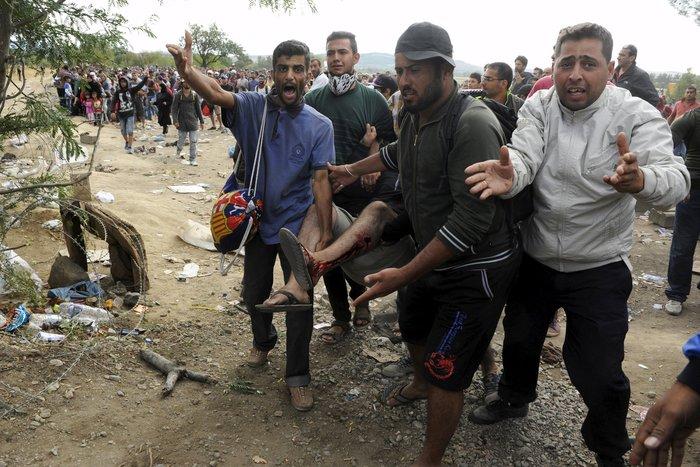 Δακρυγόνα κατά των μεταναστών στα ελληνοσκοπιανά σύνορα - εικόνα 2