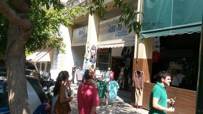 Ανδρας αυτοπυρπολήθηκε και έπεσε στο κενό στο κέντρο της Αθήνας - εικόνα 2