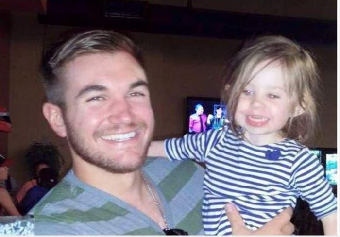 Ο Άλεξ κρατά αγκαλιά την ανιψιά του
