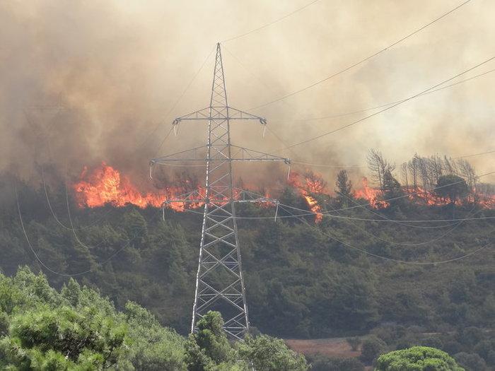Πυρκαγιά στη Ρόδο:Κάτοικοι εγκαταλείπουν τα σπίτια τους [βίντεο]