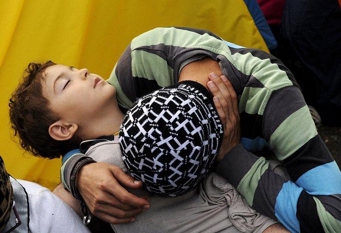 4.000 πρόσφυγες πέρασαν τα σύνορα στην Ειδομένη - εικόνα 9