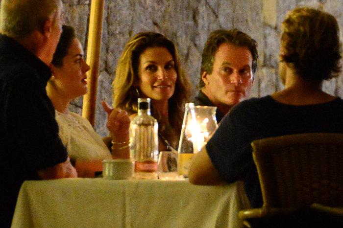 Κλούνεϊ, Αμάλ, Σίντι Κρόφορντ & σύζυγος στην Ιμπιζα - εικόνα 11