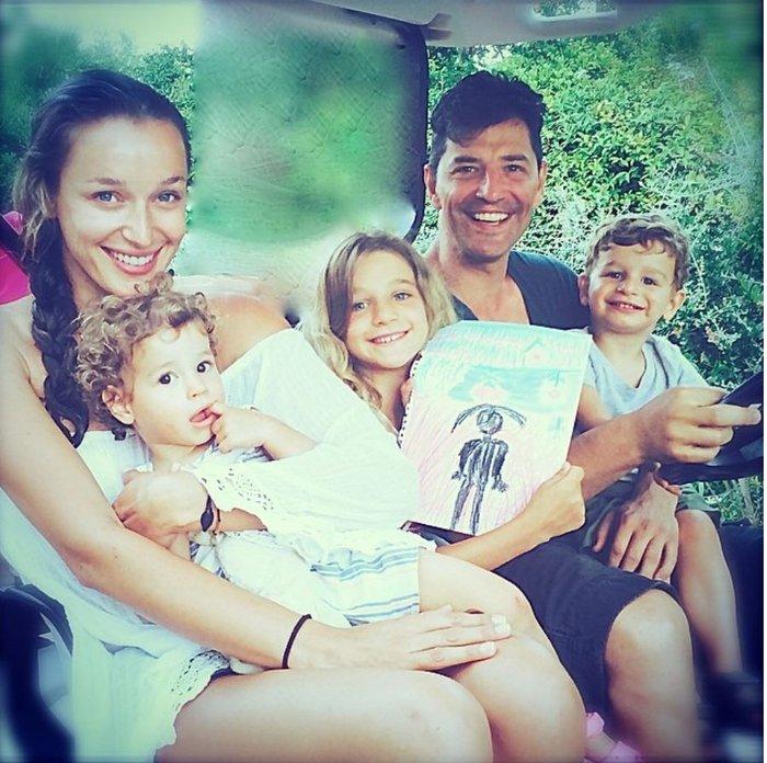 Ο Σάκης Ρουβάς με τα παιδιά του στην Ακρόπολη - ποιο του μοιάζει απίστευτα;