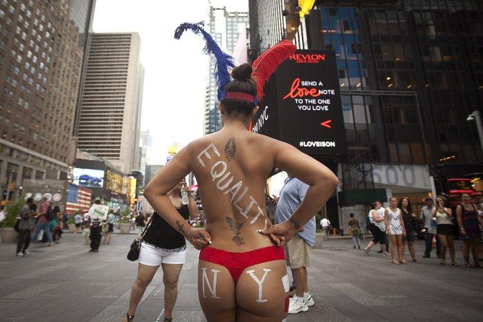 Γυμνόστηθες γυναίκες «παρενοχλούν» τουρίστες στην Τimes Square