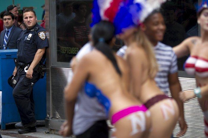 Γυμνόστηθες γυναίκες «παρενοχλούν» τουρίστες στην Τimes Square - εικόνα 2