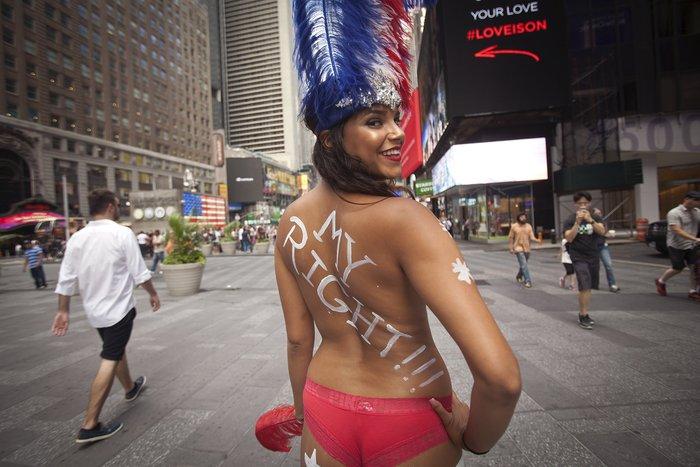 Γυμνόστηθες γυναίκες «παρενοχλούν» τουρίστες στην Τimes Square - εικόνα 4