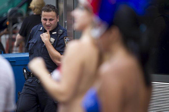 Γυμνόστηθες γυναίκες «παρενοχλούν» τουρίστες στην Τimes Square - εικόνα 5