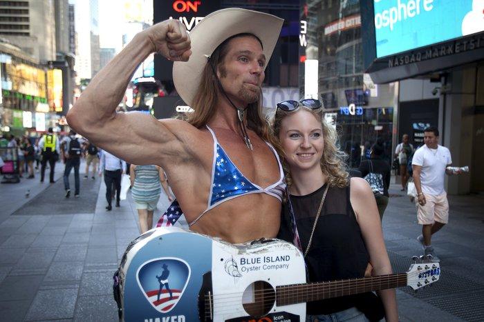 Γυμνόστηθες γυναίκες «παρενοχλούν» τουρίστες στην Τimes Square - εικόνα 7
